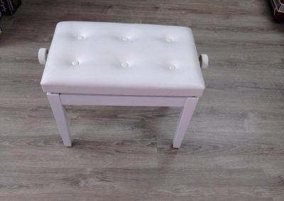 כיסא לבן לפסנתר