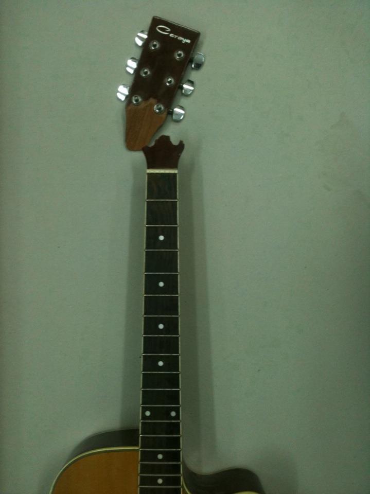תיקון שבר בראש של גיטרה (לפני)